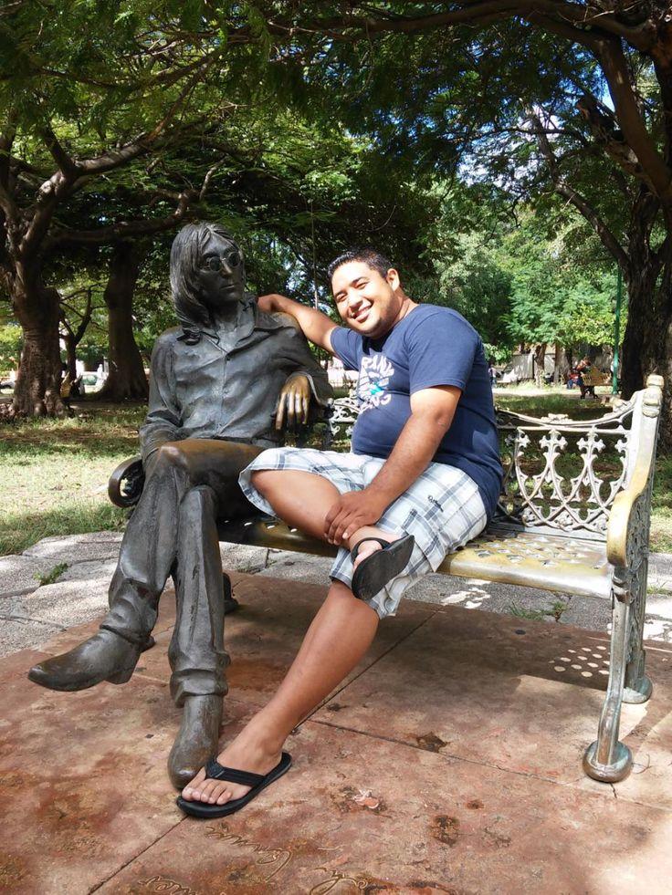 In giro per il mondo si trovano tante statue, in bronzo o in altri materiali, di persone famose sedute su di una panchina. Una di queste raffigura John Lennon in un parco della città di L'Avana a lui dedicato. Non lo so, a me non piacciono molto, le trovo piuttosto glaciali e di cattivo gusto. Mi sembrano panchine sulle quali ci si siede soltanto per essere fotografati, per un selfie, e poi via. Forse l'unico momento bello è di notte, quando John Lennon se sta lì da solo a pensare ai fatti…