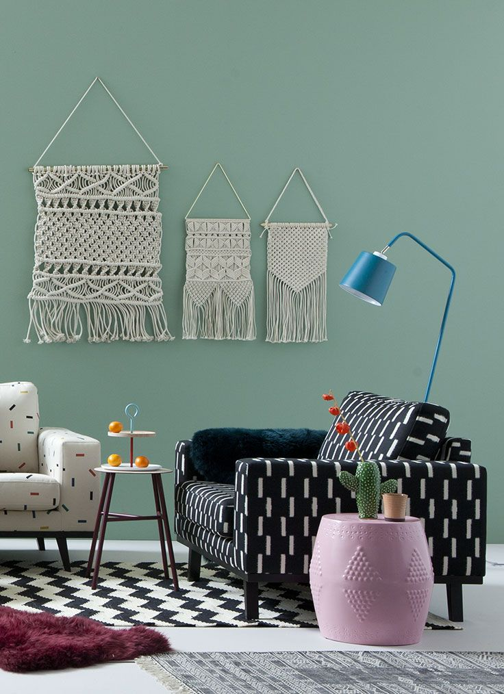 Boho lovers halen hun hart op in een kleurrijke woonkamer vol prints en gekke details. Vind je het lastig om een bohemian sfeer te creëren of ben je bang dat het té heftig wordt? Houdt het simpel. Kies voor maximaal 3 verschillende prints op de vloer, muur en meubels en vul deze aan met accessoires tot je het genoeg vindt. #boho #bohemian #livingroom #woonstijl #loveseat #macrame #hippie #mint #blackwhite