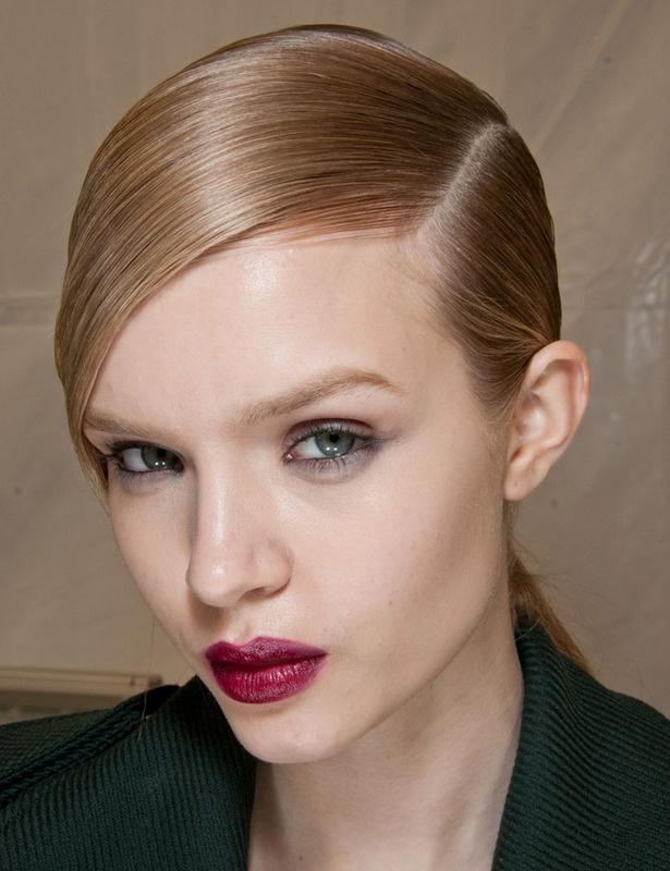Engominado  El efecto 'wet' ofrece todo un mundo de nuevas posibilidades para tu corte de siempre: si lo tienes corto, engomina el pelo con la raya a un lado, y si lo tienes largo, recoge el pelo en una coleta pegada a la nuca.