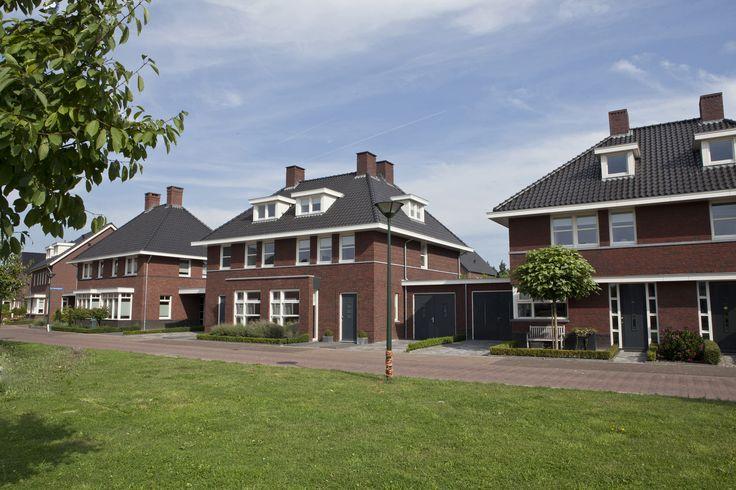 jaren dertig twee-onder-één-kap woning   een ensemble van drie twee-onder-één-kap woningen in een jaren 30 stijl met ruime overstekken, karakteristiek schildkappen en witte kozijnen
