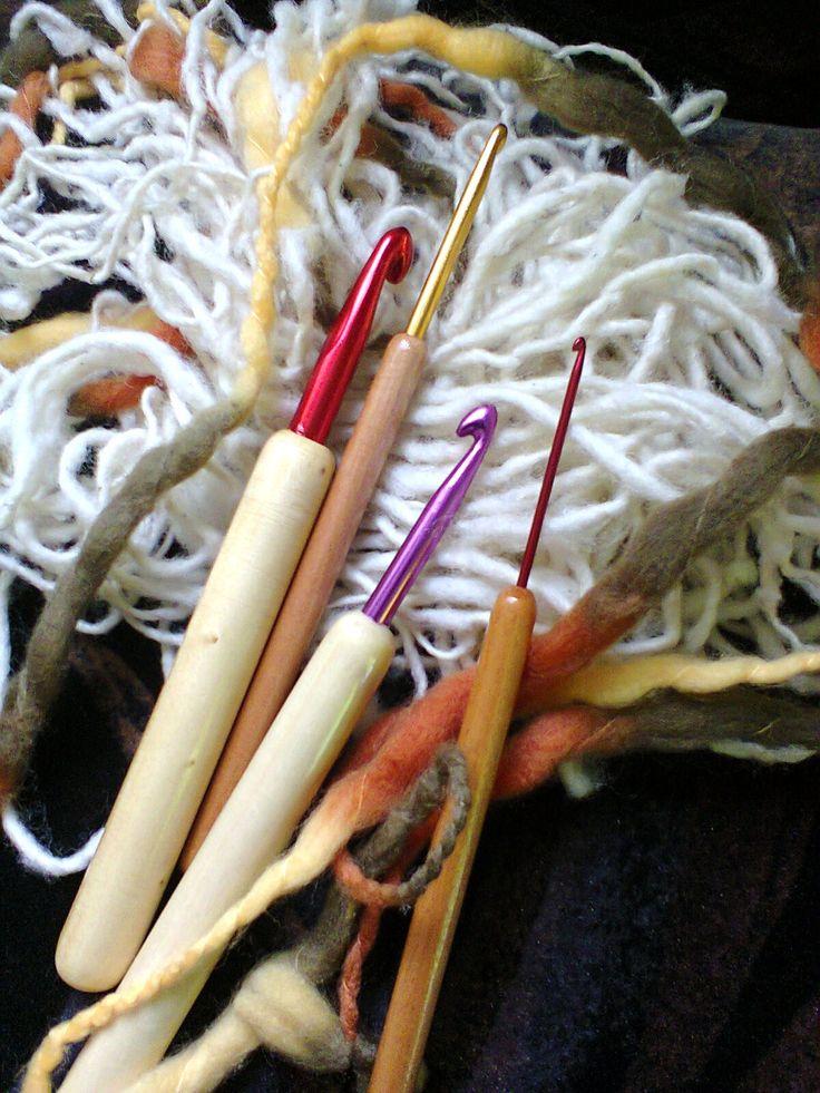 crochet metálicos con mango de madera.