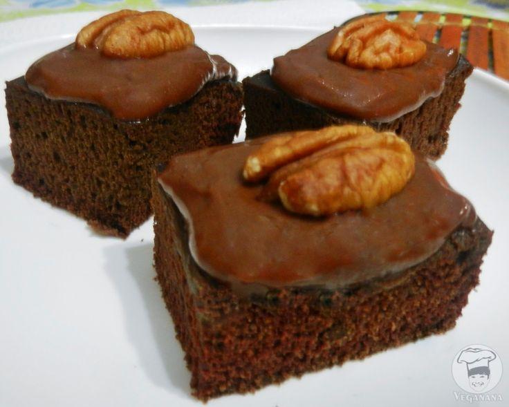 Bolo de chocolate muito simples e gostoso. Esta receita éuma adaptação para o veganismo de uma antiga receita de bolo de chocolate que e...