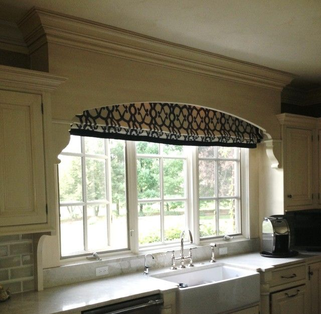 Window treatment in kitchen beach home decorating ideas for Beach house window treatments