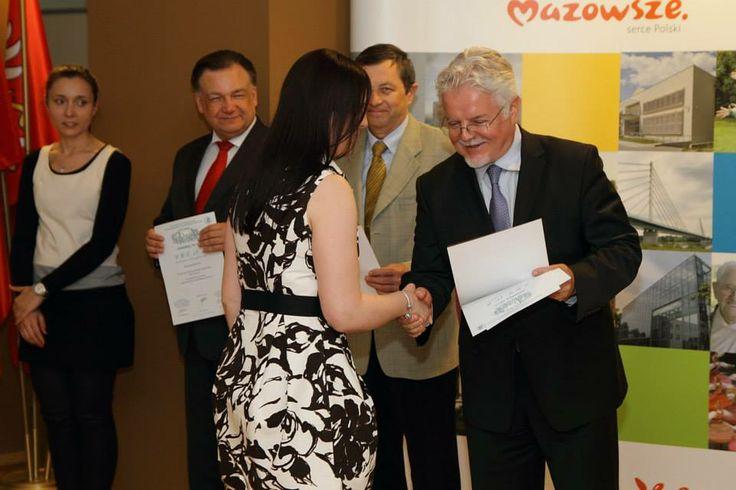 Reprezentantka Fundacji Kobiety Nauki, dr Justyna Wojniak, odbiera z rąk Oficjalnego Przedstawiciela Wystawy na Polskę dyplom/ podziękowania od organizatorów Salonu Archimedes 2014.