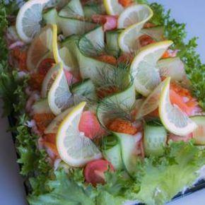 Smörgåstårta - skagentårta med löjrom. Tore Wretmans skagenröra är en klassiker i vårt svenska matarv. Här blir den goda röran härlig fyllning i en lyxig smörgåstårta.