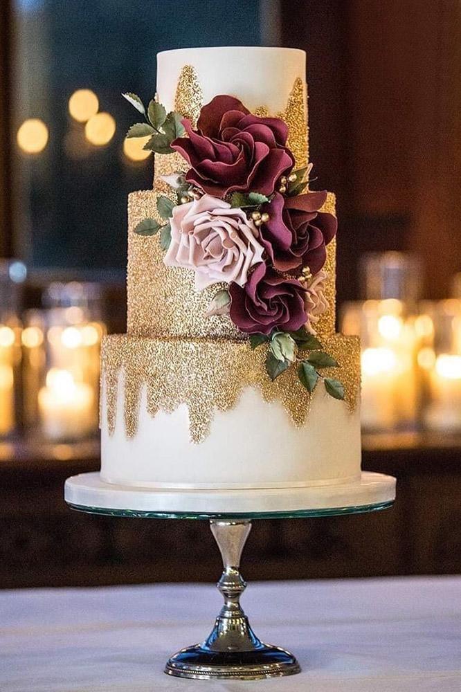 metallische Hochzeitstorte weißer Kuchen Burgunder-Blumen-Couture backt Katie Sanderson zusammen   – Wedding Stuff