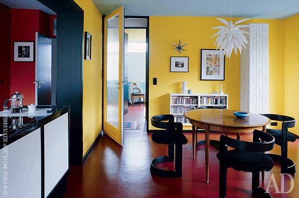 """Плинтусы и угловые профили в столовой черные — это """"рамы"""" для цветных стен. Люстра Blossom по дизайну Джереми Коула. Стулья хозяин планирует перетянуть и сделать ярко-синими."""