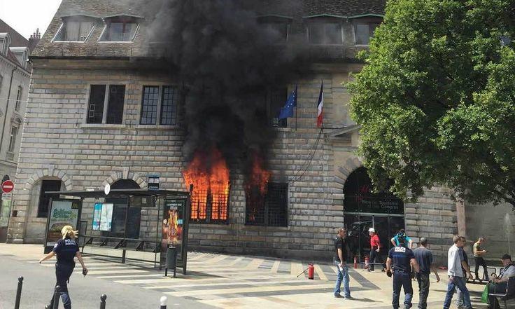 France - Incendie à l'Hôtel de ville de Besançon : Le camerounais Bertrand Teyou condamné à 5 ans de prison - http://www.camerpost.com/france-incendie-a-lhotel-de-ville-de-besancon-le-camerounais-bertrand-teyou-condamne-a-5-ans-de-prison/?utm_source=PN&utm_medium=CAMER+POST&utm_campaign=SNAP%2Bfrom%2BCamer+Post