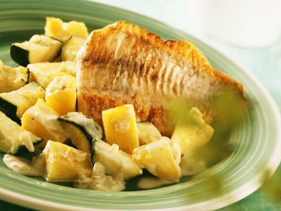 Barsch mit fruchtigem Gemüse ist ein Rezept mit frischen Zutaten aus der Kategorie Meerwasserfisch. Probieren Sie dieses und weitere Rezepte von EAT SMARTER!