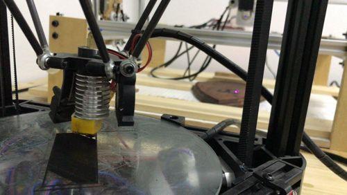 Cuándo nuestras máquinas funcionan al 100%. Una de nuestras impresoras haciendo un soporte de lámpara y la máquina de grabado láser tallando una torre de Tesla ;)  #impresion3D #3Dprinting #cnclaser #laser #lemnio #atelier #tesla #woodshop https://video.buffer.com/v/5973e474293e8d7b50623a90