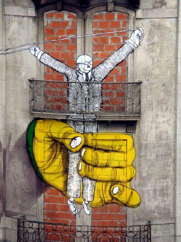 En voilà un qui a une bonne descente...  / Street art. / Lisbonne. / Portugal. / By Osgemeos.