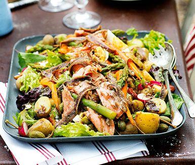 En riktigt somrig variant på den franska salladsklassikern nicoise, men med lax i stället för tonfisk. Extra lyxig blir salladen med långsamt rostade tomater. Passa på att göra ett gäng extra, de lär garanterat gå åt. Perfekt picknickrätt där allt går att förbereda!