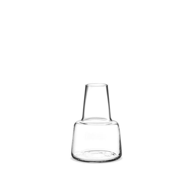 Vasen Flora måler 12 cm og er fremstillet i klart, mundblæst glas. Den smalle top og åbning på vasen passer flot til langstilkede blomster. Find vasen her.