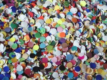 Barevné papírové konfety