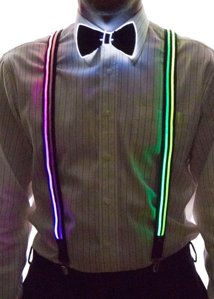JAVERIA Il porte des bretelles et un nœud papillon. Aussi, il porte une chemise à col boutonné et pantalon. Les bretelles et le nœud papillon briller dans l'obscurité.