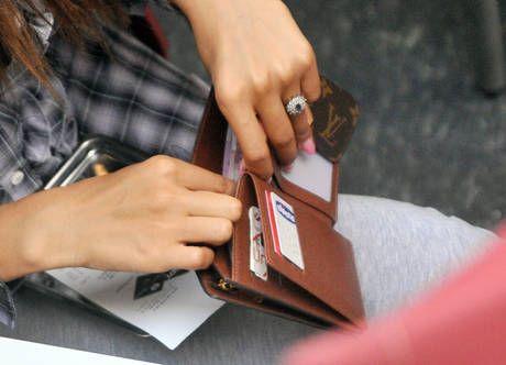 Ritrova portafogli con carte di credito e banconote e lo consegna in Comune