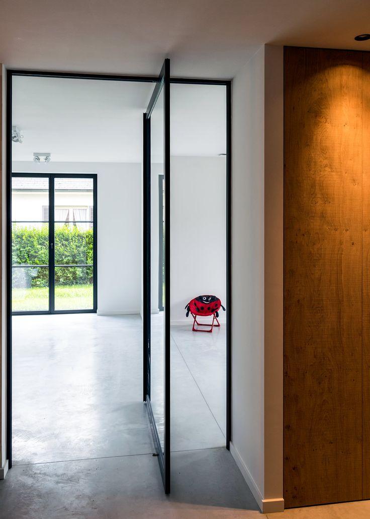 Stalen taatsdeur zonder vloerveer op een gepolierde betonvloer.