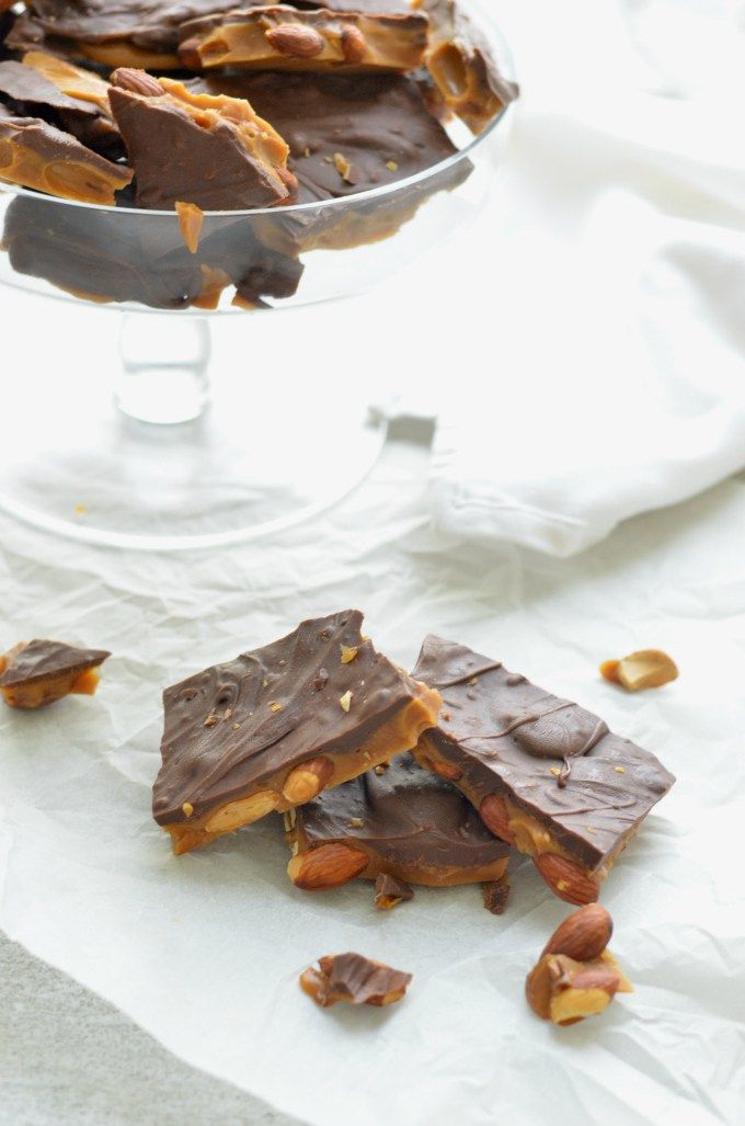 Chocolate and roasted almond toffee. Only 5 simple ingredients, 15 minutes to prepare and damn delicious!