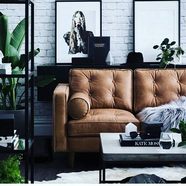 mid century modern room ideas. Tufted leather sofa in a caramel toffee color with jungalow style house plants. Add some indoor plants to give your home depth and style.