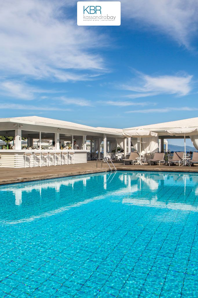 Spoil yourself with a tasty cocktail or an ice-cold coffee at the sumptuous, sun-drenched pool bar of Kassandra Bay Resort & SPA!