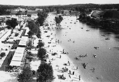 Pasión por Madrid: Las 'playas' del Manzanares La Playa de Madrid (1932) fue mucho más que un complejo deportivo y recreativo. Existió realmente una playa, con todo lo que se le puede pedir a este tipo de enclaves: su arena, su orilla, sus tumbonas, sus parasoles, sus barcas y, por supuesto, sus bañistas.  Todo ello fue posible gracias a un embalse con una capacidad de almacenamiento de 80.000 metros cúbicos, arrebatados al Manzanares a su paso por el Monte de El Pardo. Se construyó cerca…
