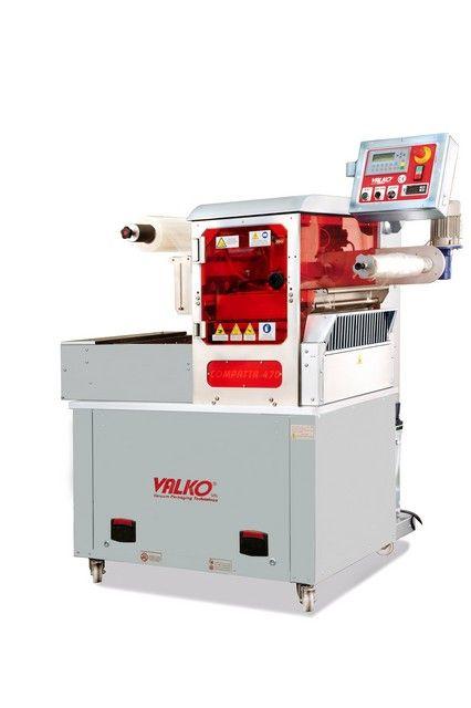 COMPATTA 470 Termosigillatrice automatica in atm protetta, struttura in acciaio inox, stampi e campana vuoto in alluminio Peraluman, con STAMPO SINGOLA, DOPPIA oppure TRIPLA IMPRONTA, es. (1 x1/2 GN - 2 x 1/4 GN - 3 x 1/8 GN - 2x piatto 180x180mm), sistema cambio stampo rapido possibile, con pannello operatore con ricette per gestione programmi e diverse altezze vaschette, con controllo presenza vaschette sul piano di carico, (h. max vaschetta 100mm, largh. max 470mm)