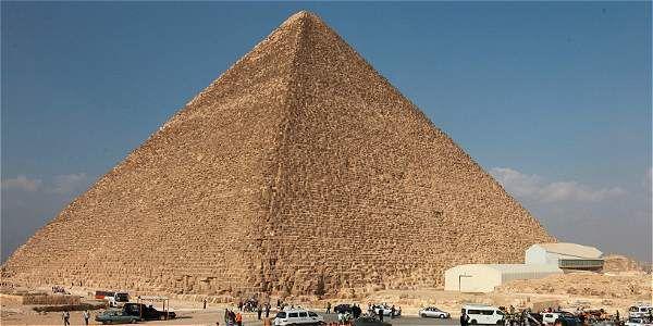 Egipto es reconocido mundialmente por sus largos desiertos y por sus inmensas y magistrales infraestructuras antiguas, además de ser una de las cunas de la civilización. Entre sus grandes estructuras hay tres en particular que resaltan y son las pirámides ubicadas en la ciudad de Giza, dichas pirámides fueron construidas para servir como tumbas de …