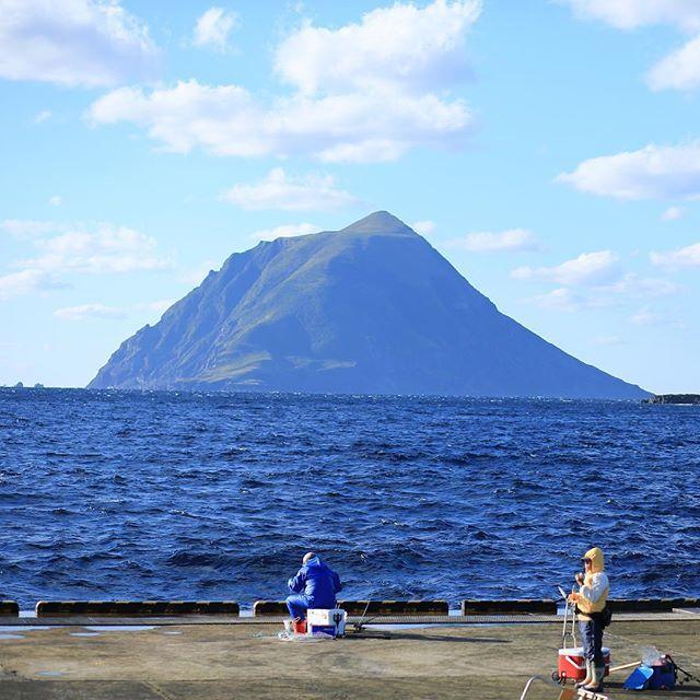 【gurashi0528】さんのInstagramをピンしています。 《因みに。 1つ前のpicで越波してる波止場(というのかは知らん)は、通常時は釣り人も多い、素敵な釣りポイントなのでございます。 ここが。 あぁなる。 本当面白い場所だわい。 #八丈島 #海 #空 #カコソラ #雲 #日本 #釣り #釣り人hachijo #hachijojima #sea #ocean #cloud #clouds  #sky》