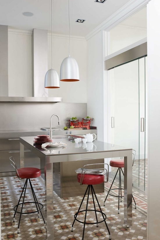 Cocina moderna con baldosas hidráulicas. Cuisine moderne, carreaux en ciment coloré