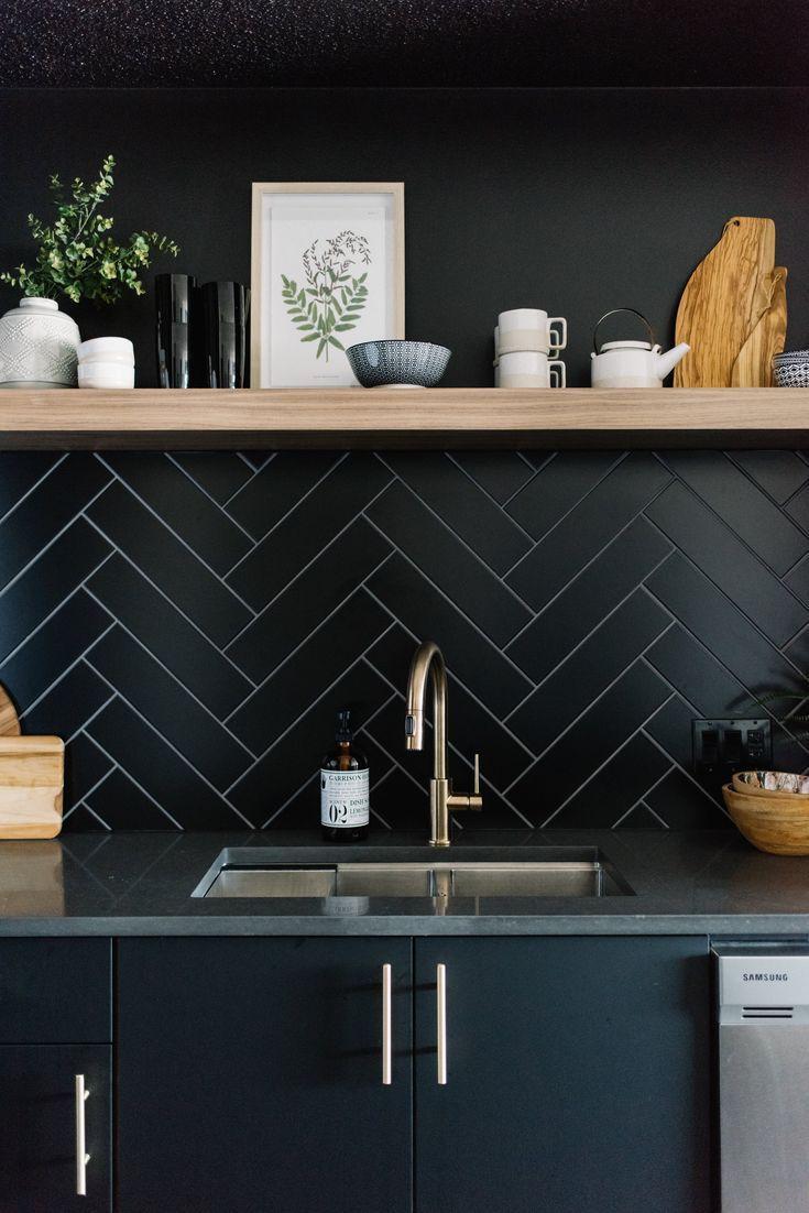 Schwarze moderne Küche, offenes Holzregal