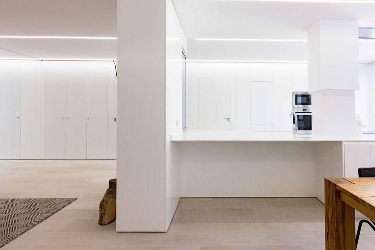 Armario blanco empotrado que recorre toda la casa | Chiralt Arquitectos Valencia