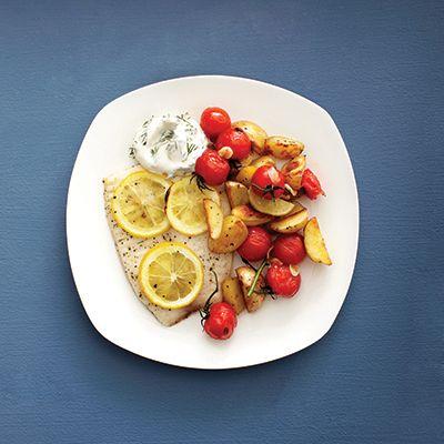 Préparation: 5minutes Cuisson: 30minutes 4portions Ingrédients 12 pommes de terre grelots, coupées en quatre 430 ml (13/4tasse) de tomates cerises 1c. à soupe d'huile d'olive 1/2c. à thé de sel poivre 2gousses d'ail, tranchées finement Instructions Placer une grille au centre du four et le préchauffer à 230ºC (450ºF). Tapisser une plaque de papier sulfurisé …