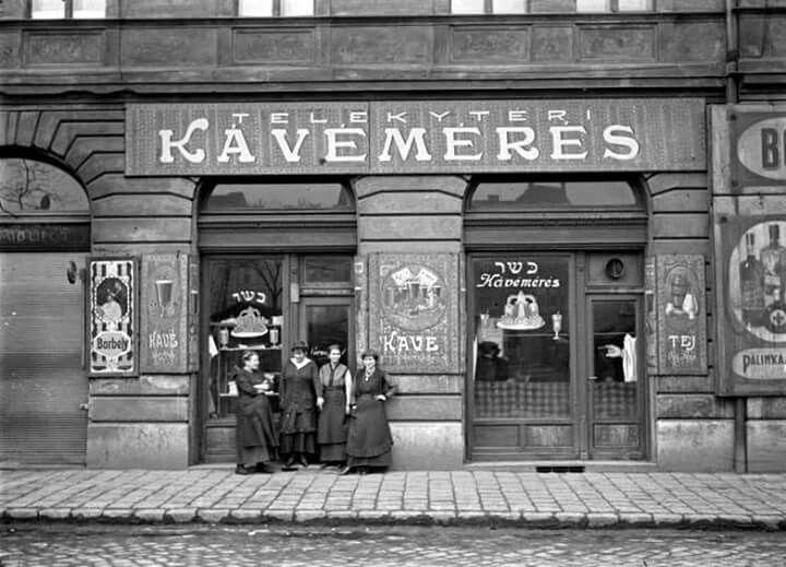 1917. Kávémérés a Teleky téren. Előtte Kertész André édesanyja és munkatársai. Kertész André képe.