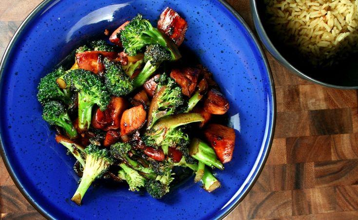 Envie d'une recette simple qui plaira à toute la famille? Essayez ce délicieux poulet et brocolis sauce teriyaki. La recette ne nécessite que peu d'ingrédients et est relativement rapide à préparer. Si vous le désirez, vous pouvez substituer le poulet par du tofu, des crevettes ou du porc. 4 portions Par portion (incluant l'accompagnement) :…