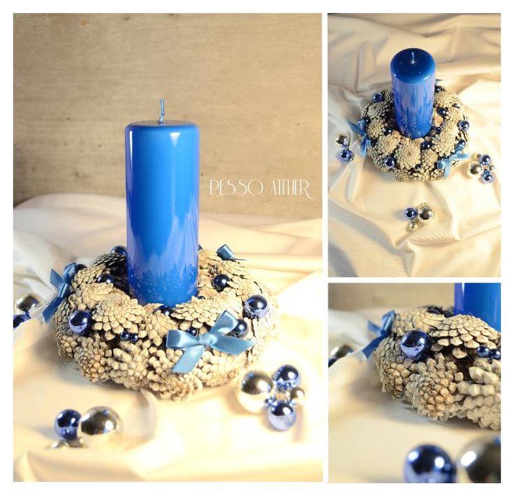 Świąteczne dekoracje Christmas decorations Świąteczny stroik na stół z niebieską świecą szyszki bielone