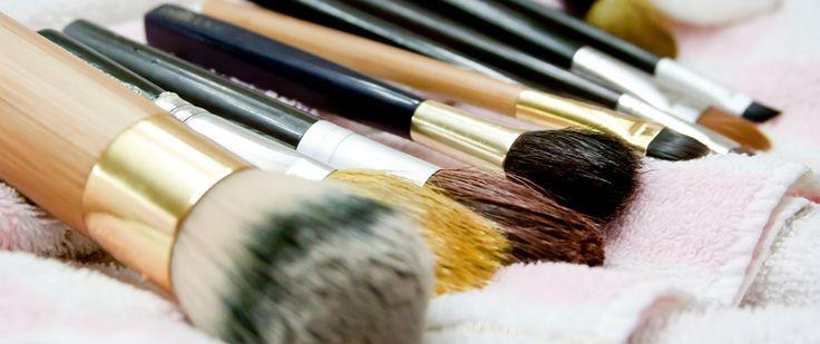 Aprenda a fazer um limpador de pincéis de maquiagem. Veja mais em nosso blog: http://dicasdacasa.com/diy-limpador-de-pinceis-de-maquiagem/