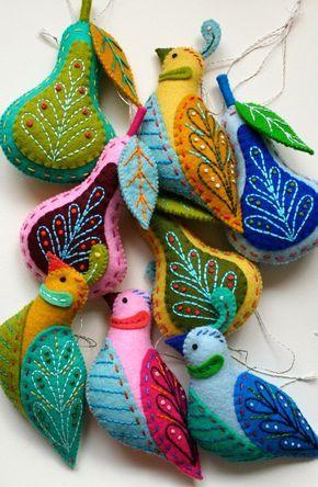 Pequeños adornos multicolores con fieltro y bordado