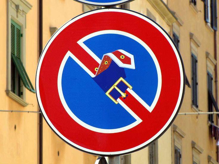 """Une façon comme une autre de dire """" Boucle-la ! """" / Détournement de panneau routier. / Street art."""