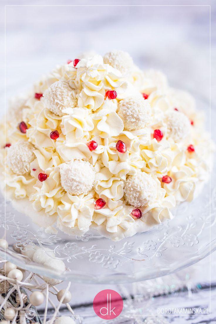 Choinka z bezy z kremem z bitej śmietany i mascarpone. Piękny deser nie tylko na Boże Narodzenie!  #przepis #deser #tort #ciasto #wypieki #beza #raffaello #wigilia #bożenarodzenie #christmas #xmas