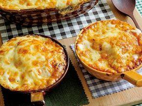 栗原 はるみさんのマカロニ,えび,鶏もも肉を使った「グラタン」のレシピページです。定番のグラタンですが、ホワイトソースを丁寧につくると、グラタンはとてもおいしくなります。 材料: マカロニ、えび、鶏もも肉、たまねぎ、マッシュルーム、ホワイトソース、ピザ用チーズ、塩、黒こしょう、サラダ油