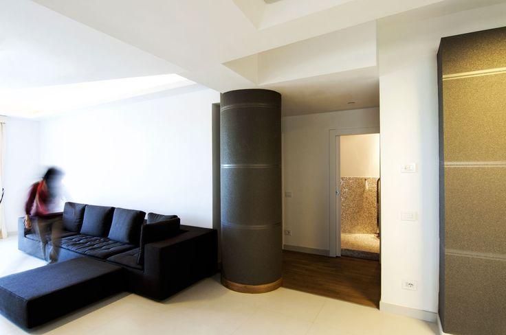 #DORIArchitetti #divano #bianco #luce #legno #tv #soggiorno #living #tende #nero #materia #controsoffitto #pilastro #rivestimenti