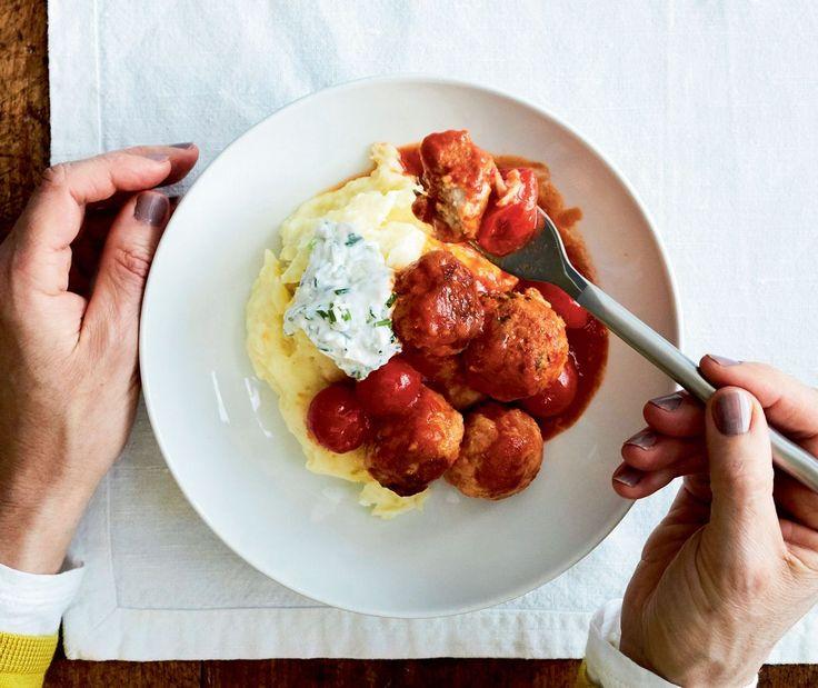 Pyöräytä lihapullat vähärasvaisesta broilerin jauhelihasta ja kypsennä ne tomaattikastikkeessa meheviksi.