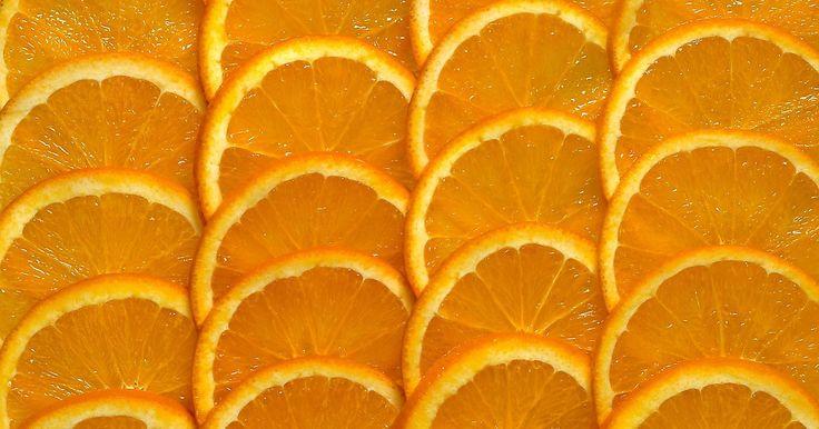 Efeitos do ácido ascórbico no cabelo. O ácido ascórbico é um componente químico que produz a vitamina C, um nutriente importante e um antioxidante poderoso, ajudando a desintoxicar o organismo e possivelmente desacelerando o processo de envelhecimento. A deficiência de vitamina C causa escorbuto, uma doença extremamente fatal. O ácido ascórbico também pode afetar a saúde do cabelo, ...