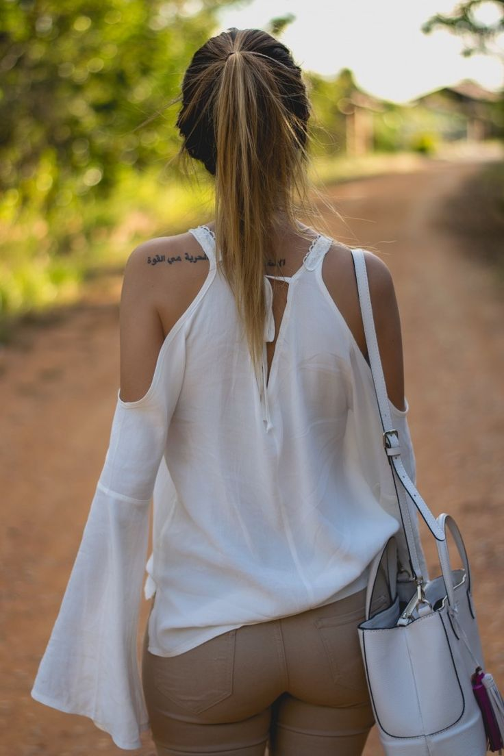 Blusa de manga flare ou popularmente manga boca de sino é a nova tendência que vem tomando conta das lojinhas e dos nossos corações,  super leve e muito estilosa , sem dúvidas uma peça que você precisa ter no seu guarda-roupa ♡ 《pinterest: @Lariifreitas 》