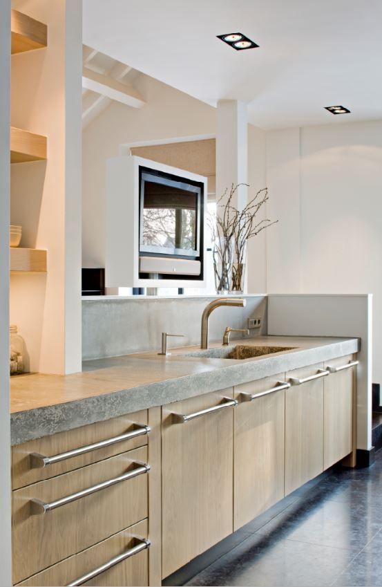 Maatwerk keuken met massief 3-laags eiken houten fronten en betonnen aanrechtblad - The Living Kitchen by Paul van de Kooi