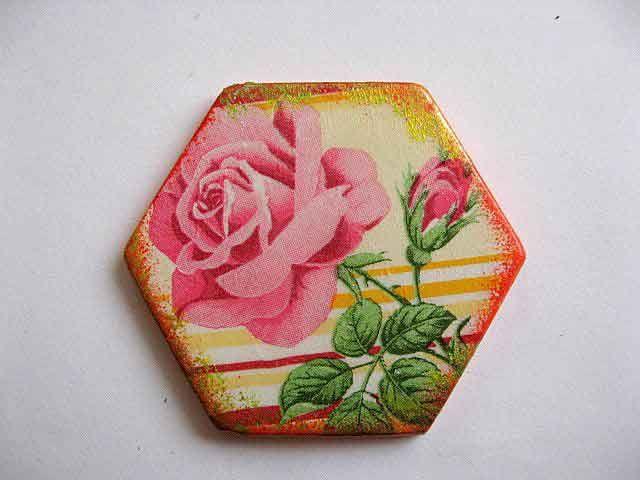 #Magnet hexagonal cu model #floral, magnet #ipsos pentru frigider. #Lucrat #manual de forma hexagonala cu #trandafiri #roz pe un fundal de #culoare #galbena. #Culori: #roz, #verde, #rosu si #galben, http://handmade.luxdesign28.ro/produs/magnet-hexagonal-cu-model-floral-magnet-din-ipsos-pentru-frigider-23635/