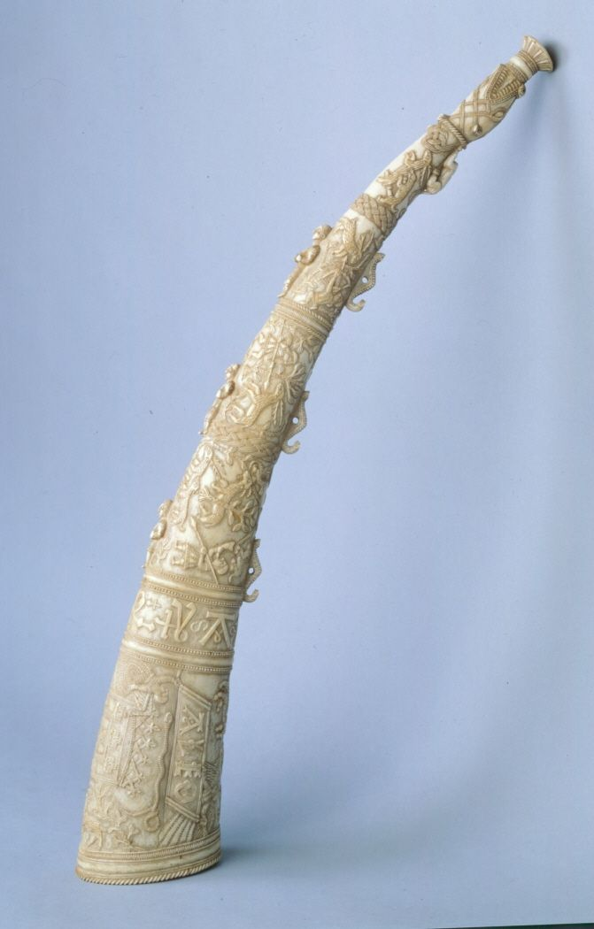 Trompeta natural elaborada a partir de un colmillo de elefante tallado. #Música #Instrumentos #MNAD