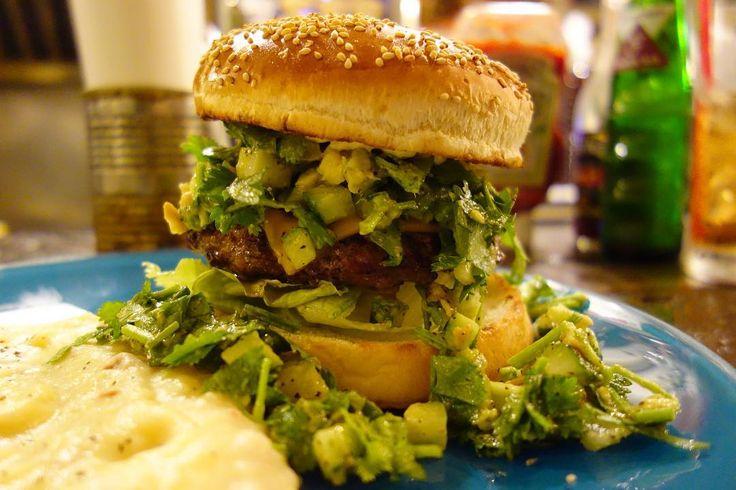 今年のパクチソンさん流行りのぶわーってやつです名前は大人の事情によりパクチーソンバーガー笑相変わらずうめぇ次はパクヨンハさんにお会いしたいです#food #foodporn #meallog #burger #burger_jp #ハンバーガー # #tw