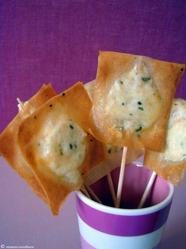 Salé - Sucettes chèvre/basilic. Pour 10 sucettes : fromage de chèvre frais/filet de citron/basilic/une pointe de crème liquide/poivre - 2 feuilles de bricks- 1 oeuf- 1 càc d'huile d'olive. Variante avec paprika/poudre pistache : http://p2.storage.canalblog.com/22/87/133204/11684567.jpg -- Recette sur le site.