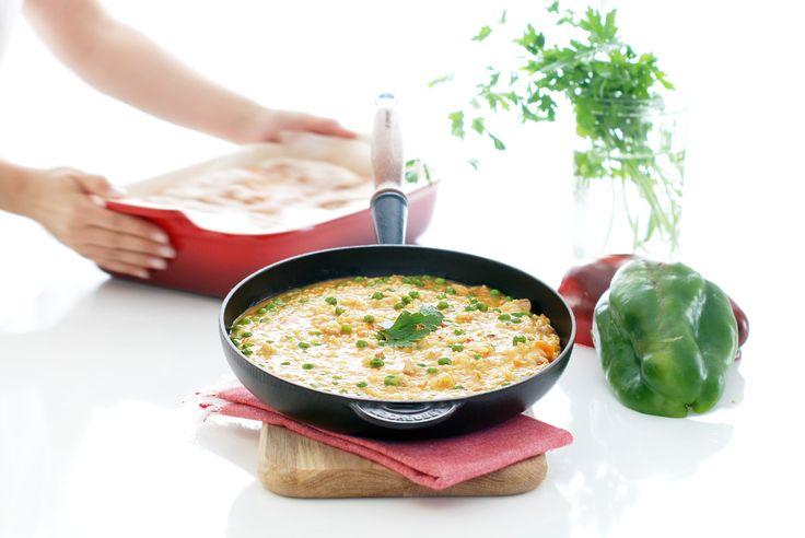 El arroz con pollo es un básico en cualquier casa Española. Listo en unos 30 minutos y con ingredientes básicos: pollo, arroz, pimiento, guisantes, azafrán...